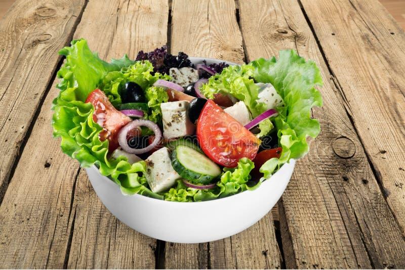 Salada grega com os legumes frescos no fundo foto de stock