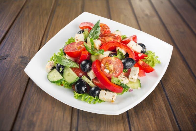 Salada grega com os legumes frescos no fundo imagens de stock royalty free