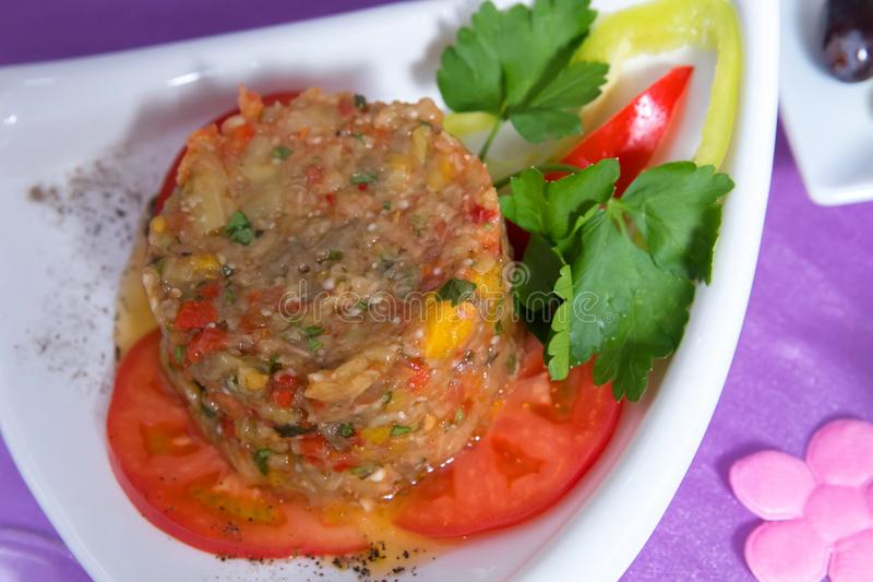 Salada grega em um aperto branco da placa e da cutelaria Salada do vegetal e do tomate com aperto verdes e salada do tomate Ezme  imagem de stock royalty free