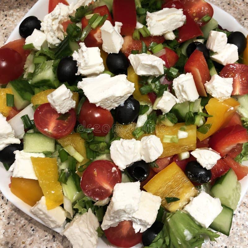 Salada grega fresca do divertimento em uma placa foto de stock royalty free