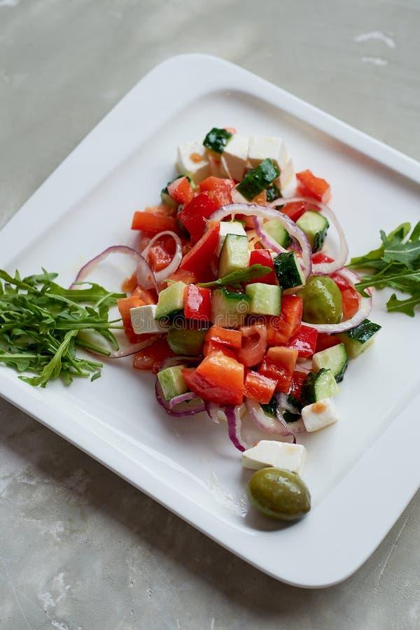 Salada grega Fresco, com azeite e a cebola vermelha Alimento da dieta saudável foto de stock
