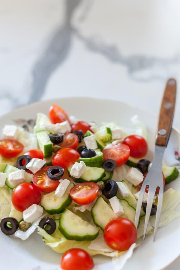 Salada grega no fundo claro imagem de stock royalty free