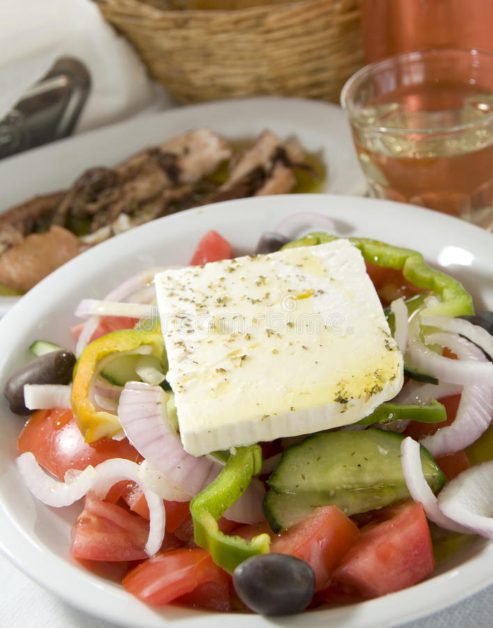 Salada grega nos consoles gregos imagens de stock