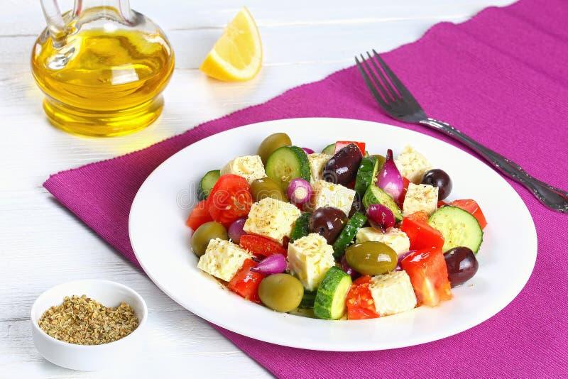 Salada grega orgânica fresca e saudável imagens de stock
