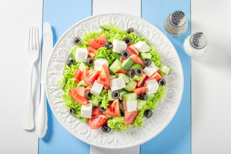 Salada grega saboroso com alface, tomates e cebola imagem de stock royalty free