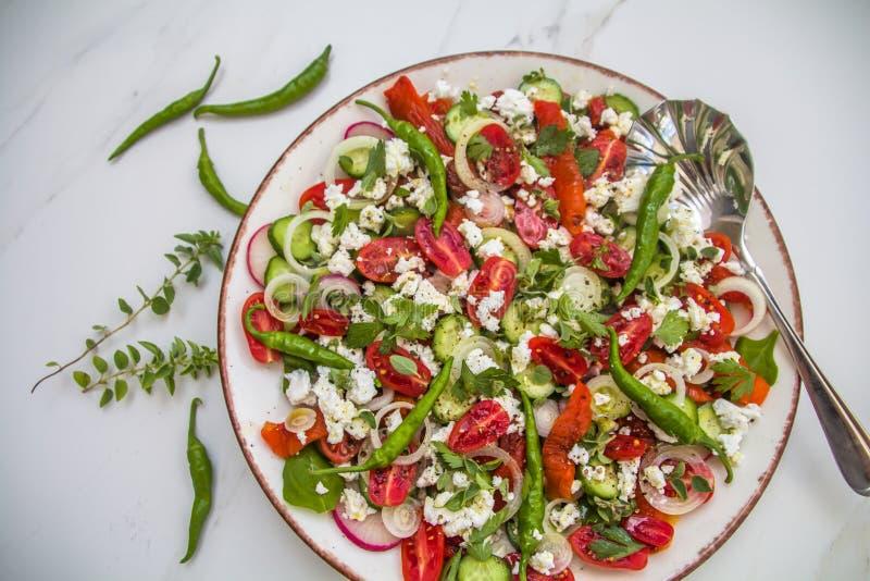 Salada grega saudável & colorida fresca foto de stock
