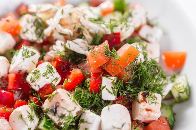 Salada grega Vegetal com queijo, salada verde, com tomates de cereja, queijo do fetta, a cebola vermelha, e verdes misturados fotografia de stock royalty free