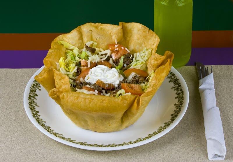 Salada grelhada da carne e do taco dos vegetais na placa foto de stock