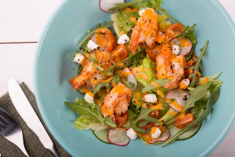 Salada grelhada do shrip com rúcula fotografia de stock royalty free