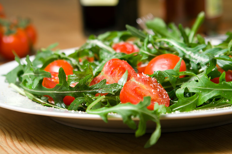 Salada italiana com rucola e tomates imagens de stock royalty free