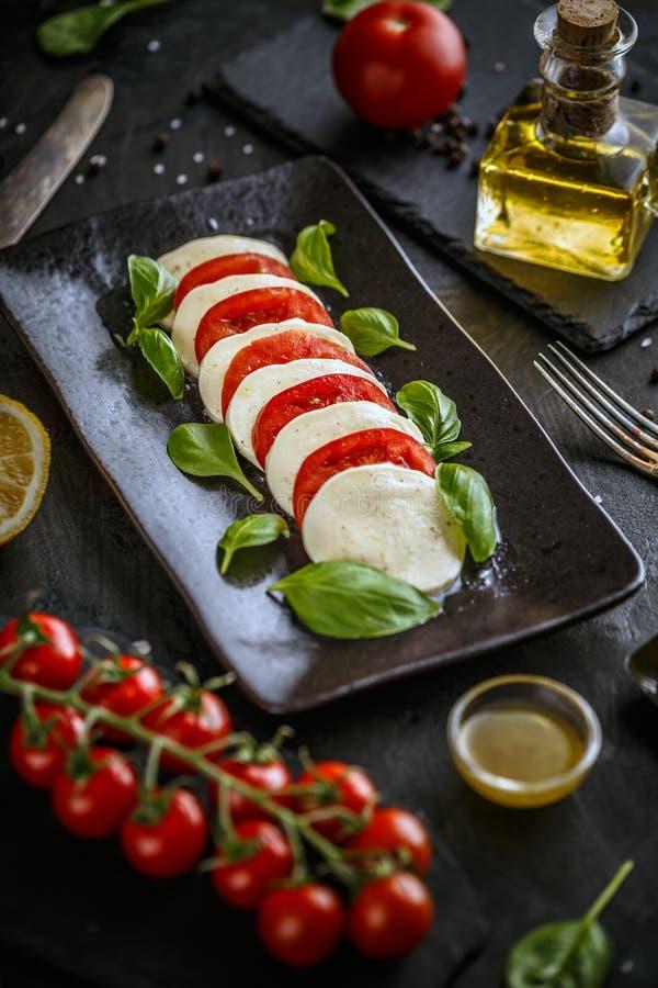 Salada italiana tradicional do tomate caprese imagens de stock royalty free