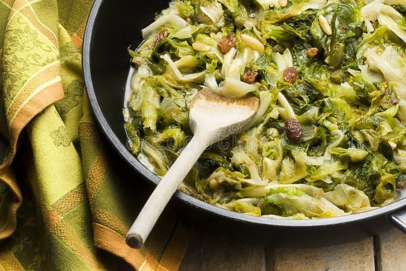 salada Largo-com folhas da endívia cozinhada na bandeja imagens de stock