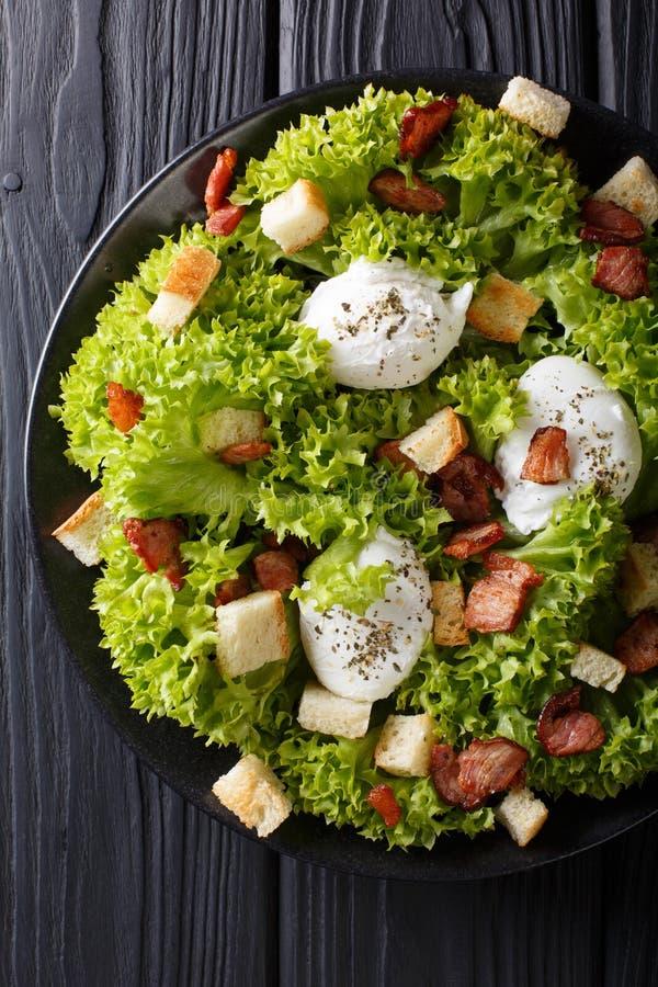 Salada Lyonnaise francesa orgânica com alface, bacon, pão torrado e foto de stock royalty free