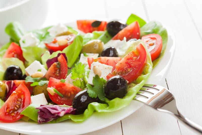 Salada mediterrânea apetitosa saudável fotografia de stock