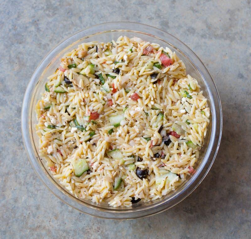 Salada mediterrânea de Orzo foto de stock royalty free