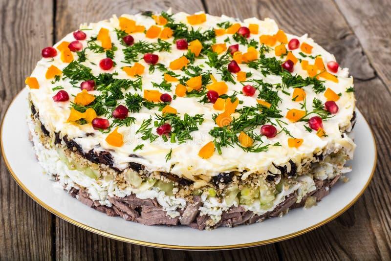 Salada mergulhada com as sementes da carne e da romã imagem de stock