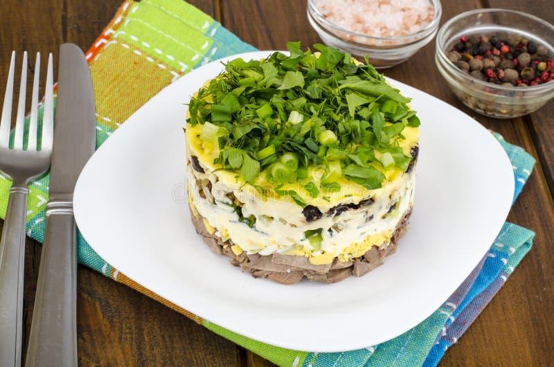 Salada mergulhada da parcela com carne, pepino, ovo e maionese imagens de stock