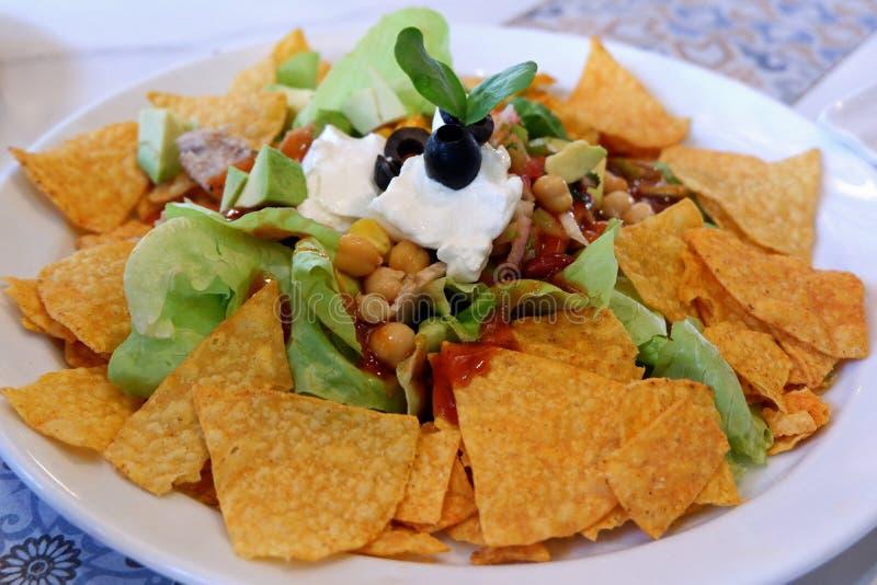 Salada mexicana crocante com Nacho Chips foto de stock royalty free