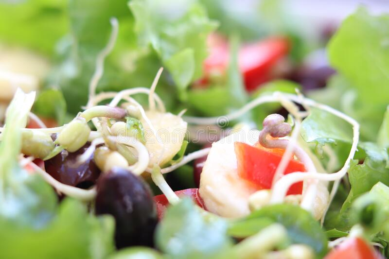 Salada misturada com azeitonas, banana e feijões imagem de stock