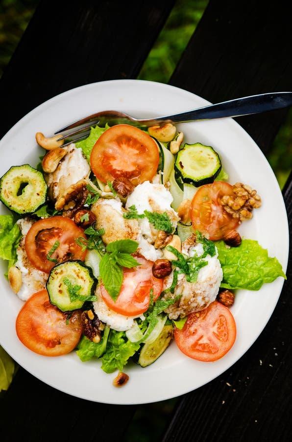 Salada misturada com queijo e os vegetais cozidos de cabra fotos de stock