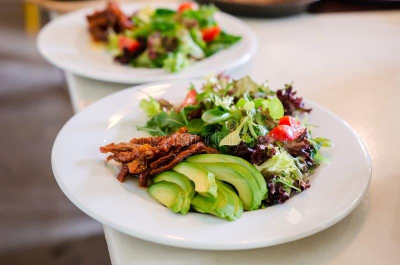 Salada misturada com tomates e o abacate secados fotos de stock