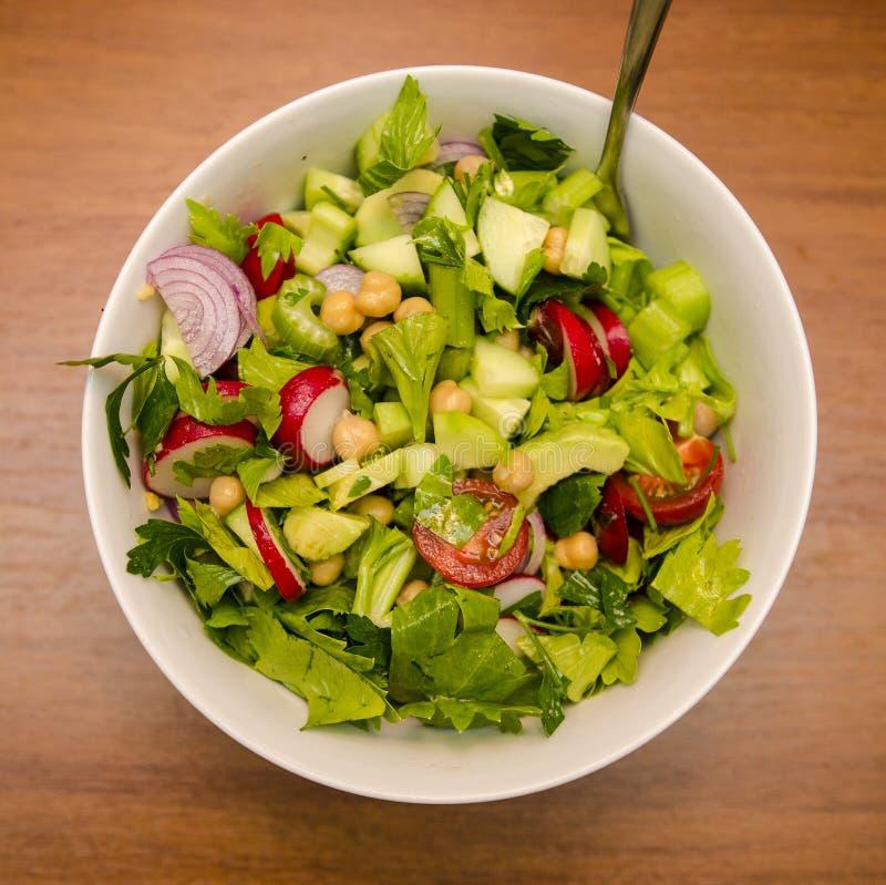 Salada misturada com vegetais e grãos-de-bico imagem de stock
