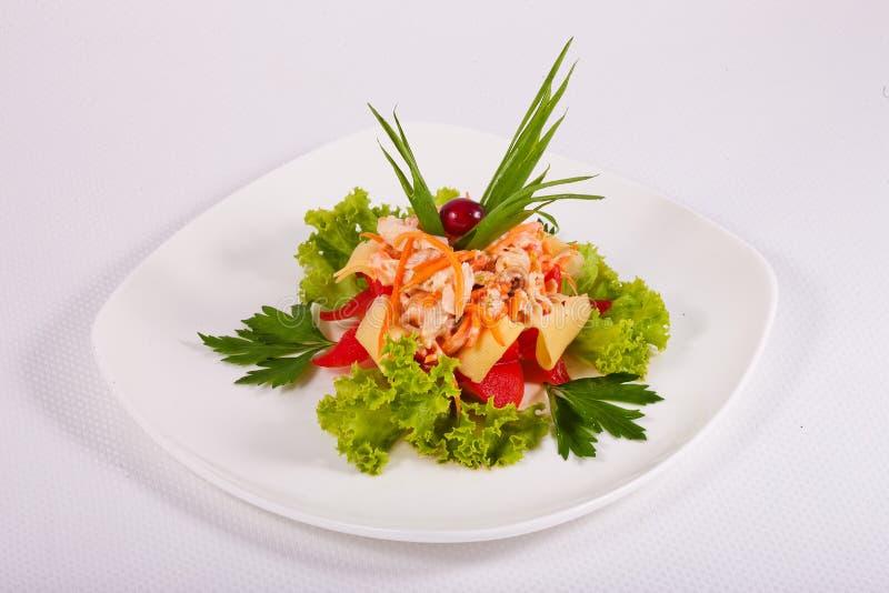 Salada misturada com verdes, tomates, cenouras, massa na placa branca imagens de stock royalty free