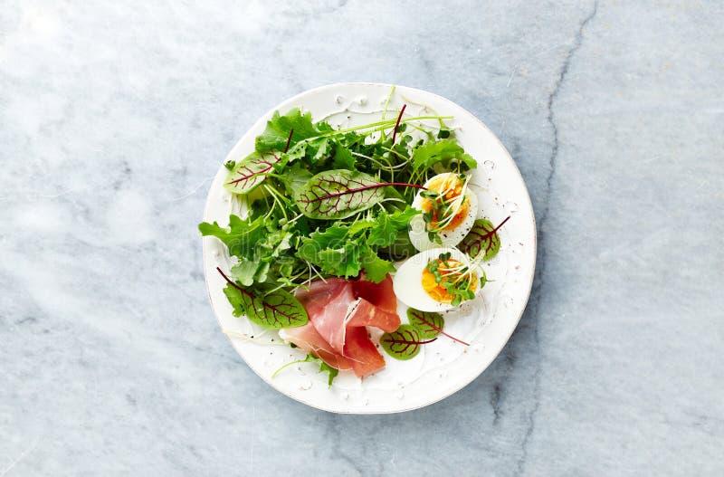 Salada misturada da folha com ovo, presunto do serrano, e ervas Dieta saudável fotografia de stock royalty free
