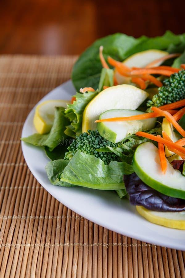 Salada fresca na placa branca meia foto de stock