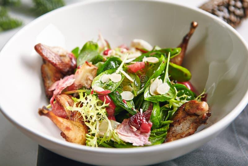 A salada morna com codorniz, as ameixas e os espinafres fecham-se acima fotografia de stock