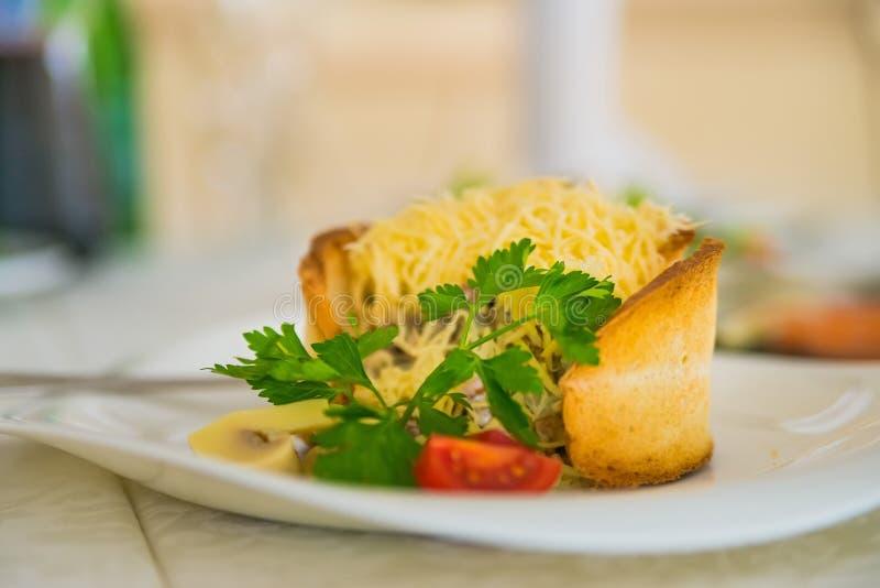Salada morna com queijo no pão imagem de stock