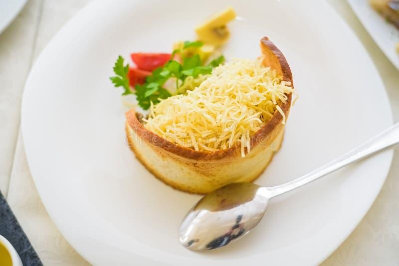 Salada morna com queijo no pão foto de stock