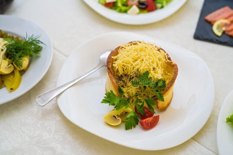 Salada morna com queijo no pão imagens de stock