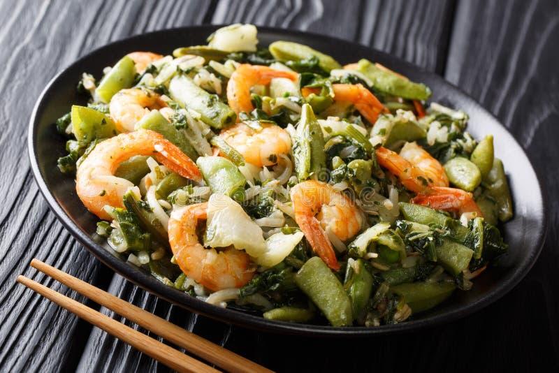 Salada morna do camarão, dos espinafres, dos brotos da soja, das vagens de ervilha e do cho de pak fotografia de stock