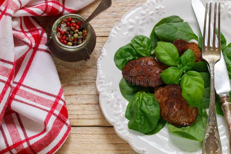 Salada morna do fígado de galinha com espinafres e manjericão imagem de stock