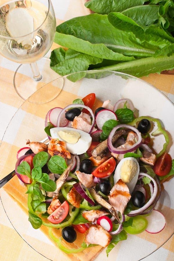 Salada Nicoise com salmões foto de stock