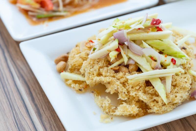 Salada picante com o peixe-gato fritado friável imagem de stock