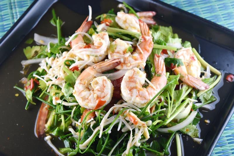 Salada picante do camarão no prato, alimento tailandês foto de stock