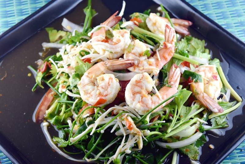 Salada picante do camarão no prato, alimento tailandês imagem de stock