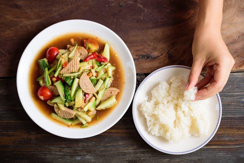 Salada picante do pepino e arroz pegajoso, alimento tailand?s imagens de stock