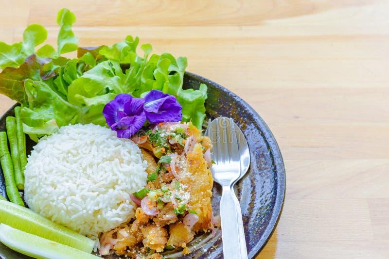 A salada picante dos peixes, flores da ervilha, alface, pepino está no prato O alimento está na tabela de madeira fotos de stock royalty free