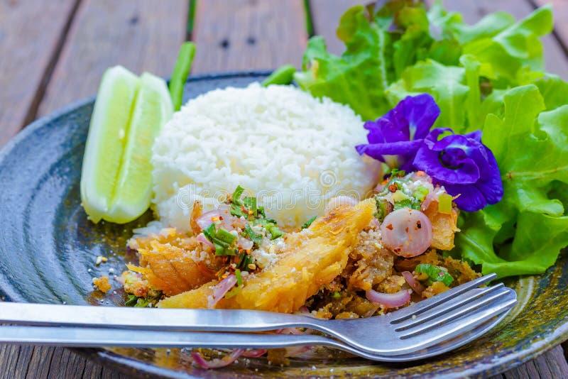 A salada picante dos peixes, flores da ervilha, alface, pepino está no prato O alimento está na tabela de madeira imagem de stock royalty free