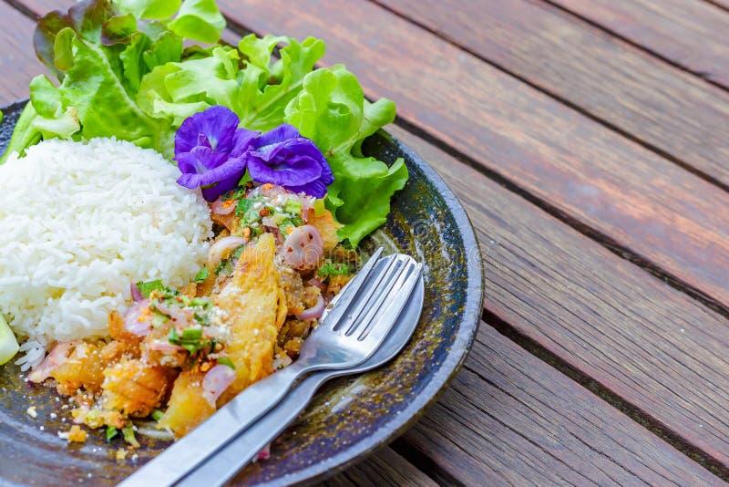 A salada picante dos peixes, flores da ervilha, alface, pepino está no prato O alimento está na tabela de madeira fotos de stock