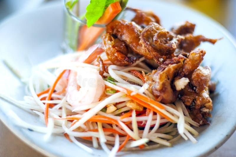 Salada picante tailandesa com o caranguejo macio do shell imagens de stock royalty free