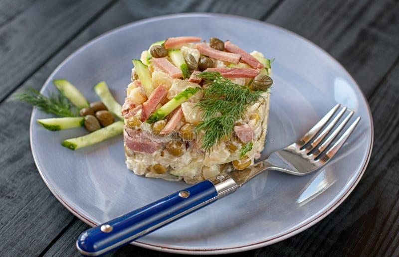 Salada polonesa com vegetais e alcaparras imagens de stock