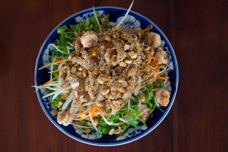 Salada recentemente feita da papaia em Vietname imagens de stock royalty free