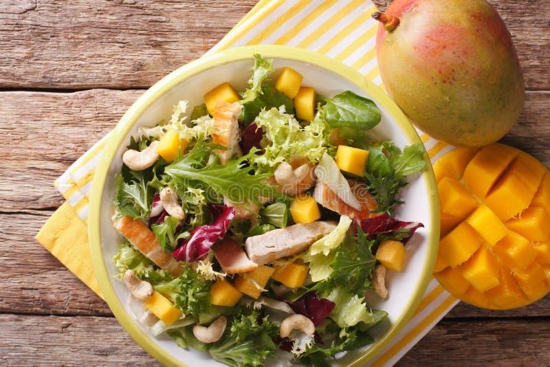 Salada saboroso do peito de frango grelhado, manga, rúcula, alface a foto de stock