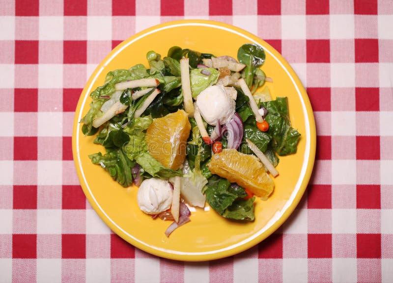 Salada saboroso fresca em uma placa em uma toalha de mesa fotografia de stock royalty free