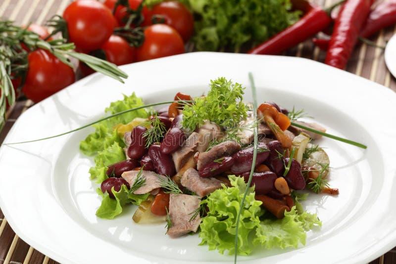 Salada saboroso no prato branco foto de stock