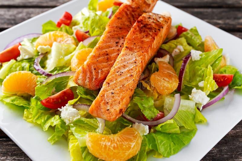 Salada Salmon alaranjada fresca com mel, tomates, cebola, o mandarino Conceito saudável do alimento foto de stock royalty free